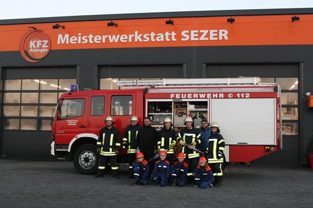 Bürgermeister Andreas Schulz mit einigen Einsatzkräften sowie Mädchen und Jungen der Jugendfeuerwehr Dreihausen
